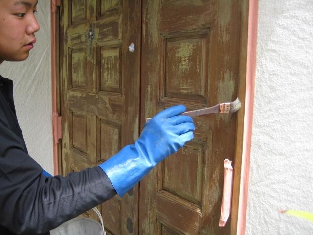 玄関ドア補修風景