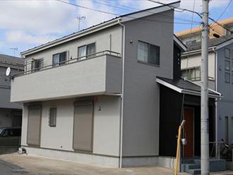 灰色の外壁