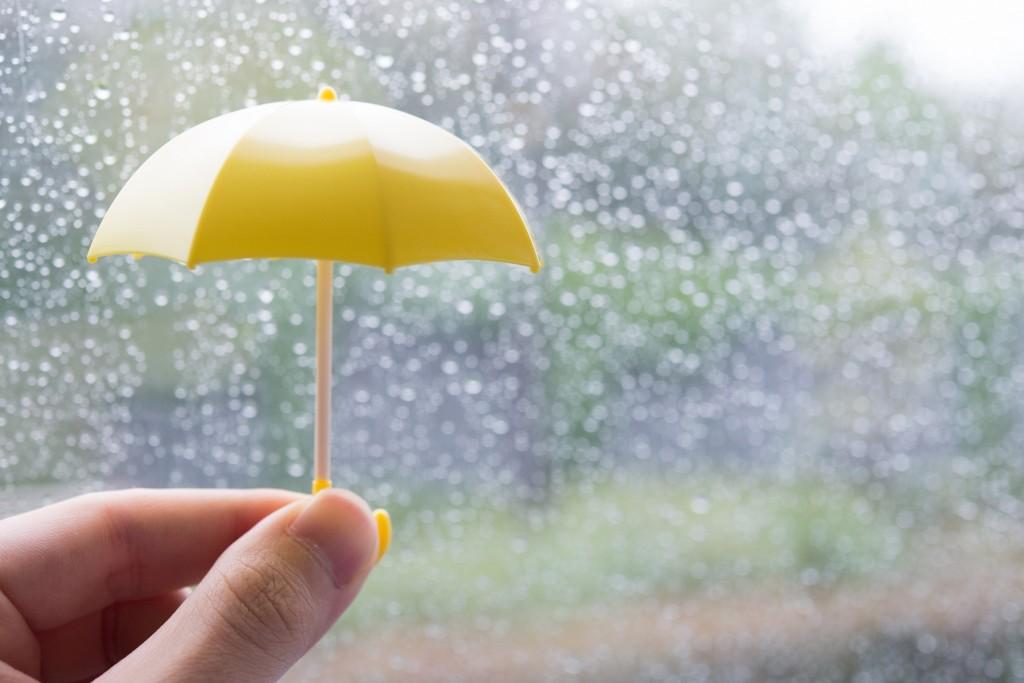 雨と黄色い傘