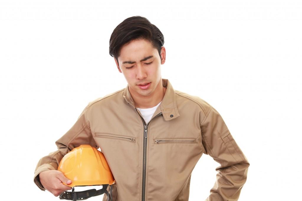 悩む作業員の男性