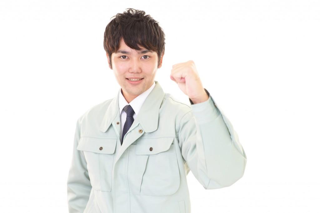 笑顔の作業服の男性