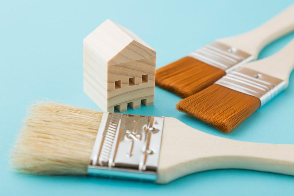 筆と家の模型