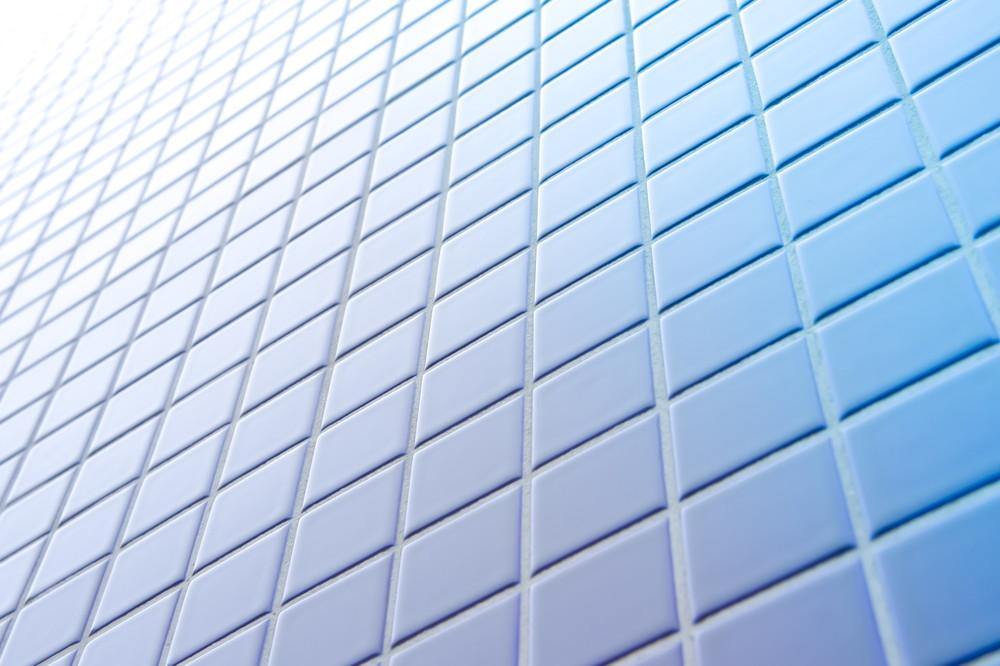 光沢のあるタイルの壁